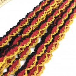 Czerwona wstawka z żółto-czarnym wykończeniem